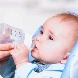 Нужно ли давать воду новорожденным детям